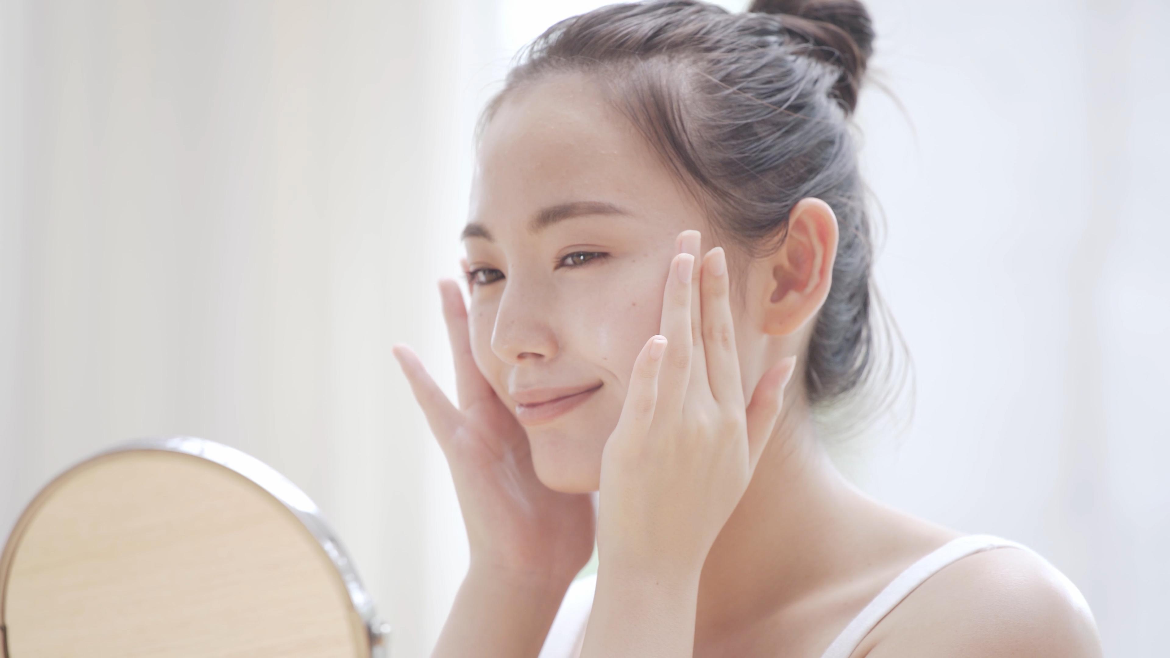 朝のスキンケアは保湿と日中の肌ダメージへの対策を